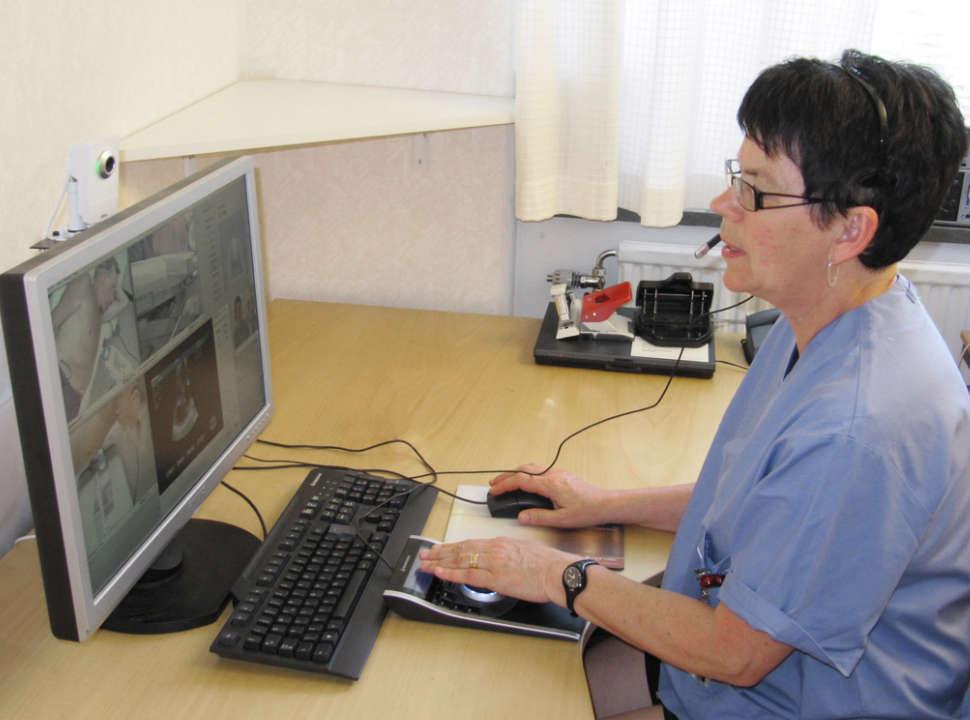 sonograph undersöker med Medirob Tele.