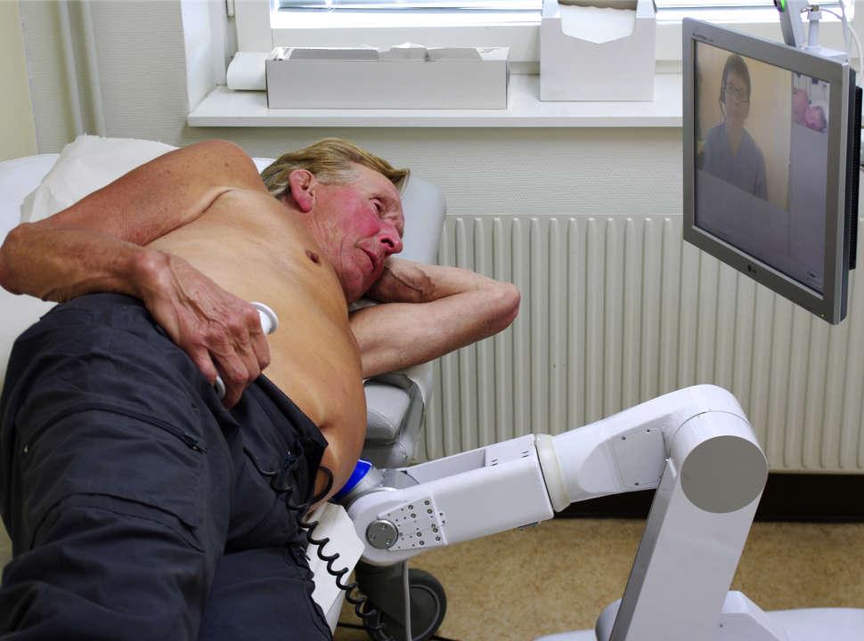 patient undersöks med Medirob Tele.
